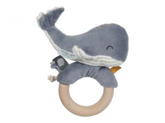Chrastící velryba na dřevěném kroužku ocean blue
